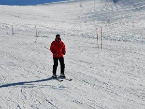 Vali Akbıyık vatandaşlarla birlikte kayak yaptı