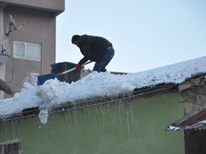 Canını hiçe sayarak çatı temizledi