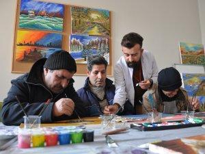 Hastalar sanatla topluma kazandırılıyor