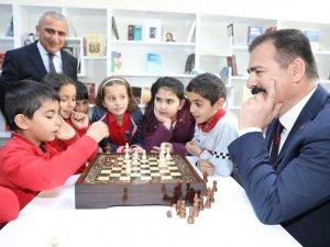 Vali Akbıyık, öğrencilerle satranç oynadı