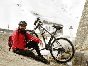 Gezgin öğretmen, bisikletiyle yollarda