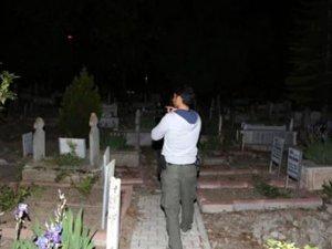 Babasının mezarı başında annesini boğarak öldürdü