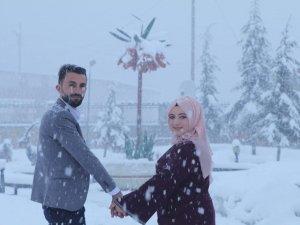 Nikah fotoğraflarını kar altında çektirdiler
