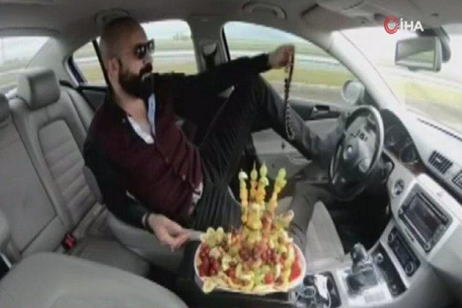 Ayağıyla direksiyonu kullanan sürücüye 5 ay hapis