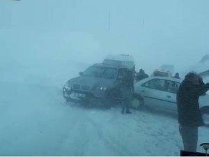 2 bin 730 rakımlı Güzeldere'de kayan araçlar çarpıştı