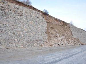 Yüksekova'da istinat duvarı çöktü