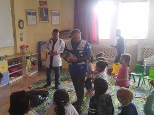 Hakkari'de öğrencilere 'hayvan sevgisi' anlatıldı