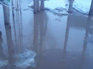 Sağanak yağış köyü göle çevirdi