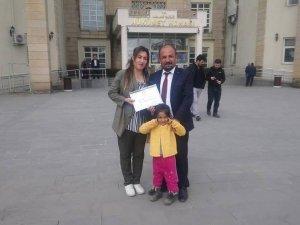 Genç muhtar Aksaç ailesiyle birlikte mazbatasını aldı