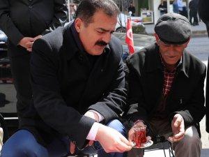 Babacan Vali vatandaşa çay ikram etti