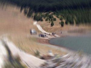 Araç dereye uçtu, bir kişi suda kayboldu