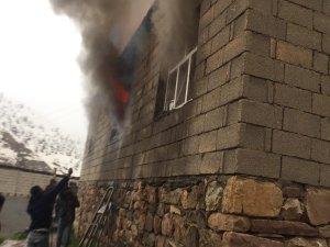Çukurca Çığlı'da bir eve yıldırım düştü