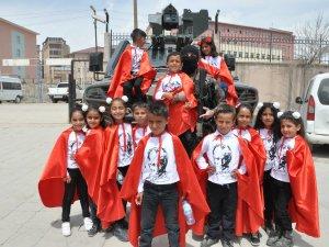 Yüksekova'lı çocuklarda polise yoğun ilgi