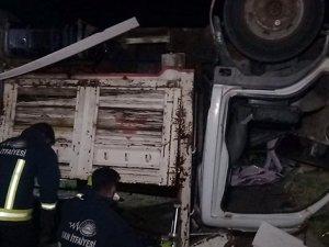 Mültecileri taşıyan kamyon devrildi: Ölü ve yaralı var