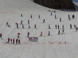 Gençler 2 Bin 800 Rakımda Kayak Yaptı