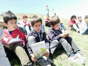 Dağ eteğinde kitap okuma etkinliği