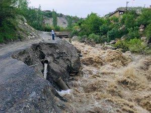 Hakkari'de iki mahalle yolu tehlike saçıyor