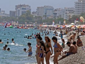 Antalya bayramda 400 bin turist ağırladı