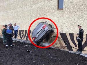 Fren yerine gaza bastı duvara saplandı