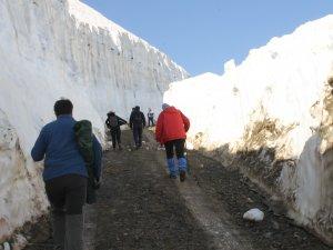 Kar kütleleri arasında doğa yürüyüşü