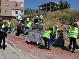 Vatandaşlar belediye çalışanları ile temizlik yaptı