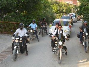Gelin konvoyuna motosikletler eşlik etti