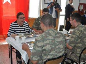 Bakan Pekcan Yüksekova'da askerlerle bir araya geldi