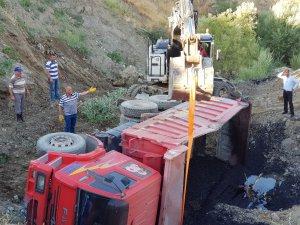 Asfalt yüklü Belediye kamyonu kaza yaptı
