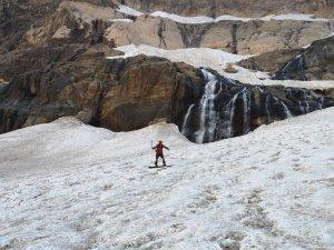 Buzul dağlarında Snowboard gösterisi