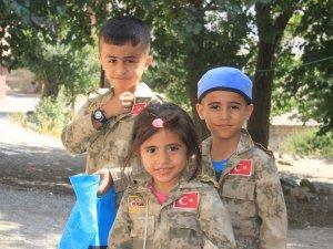 Asker kıyafetli çocuklar bayrama renk kattı