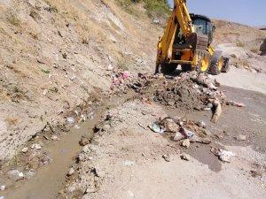 Çevreye rastgele atılan çöplerle mücadele sürüyor