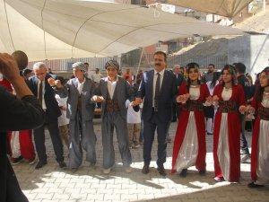 Hakkari'de ilköğretim haftası halaylarla kutlandı