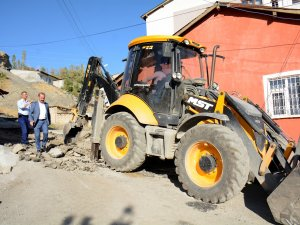 Belediye asfalt çalışmalarını sürdürüyor...