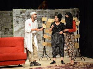 Rumuz Goncagül tiyatro oyunu Yüksekova'da sergilendi