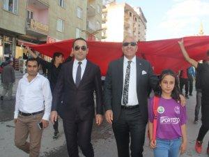 Hakkari'li sporcular dev Türk bayrakları ile yürüdü
