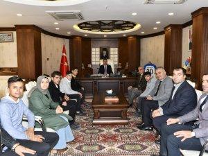 Kocaeli'den dönen öğrencilerden Vali Akbıyık'a ziyaret