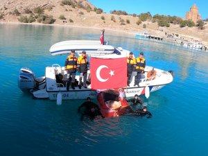Jandarma su altı ekibi 10 Kasım için Van Gölü'ne daldı