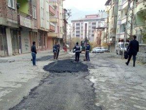 Hakkari'de tahrip olan yollara asfalt yama yapıldı