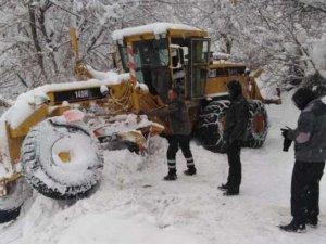 Belediye karla mücadele ekibi kaza geçirdi