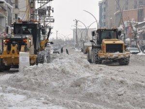 Yüksekova çarşısı kardan temizleniyor