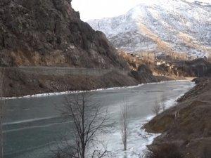 Türkiye'nin en hızlı akan nehri buz tutu