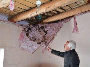Hakkari'de yağışlara dayanamayan ev çöktü