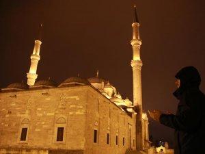 Minarelerden semaya dualar yükseldi