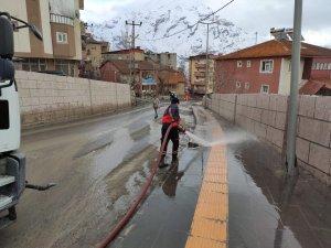 Mahalle yolları tazyikli suyla yıkandı