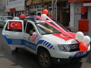 Süslenen polis araçları ile 23 Nisan kutladı