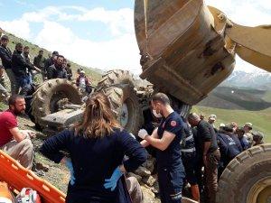 Traktörün altında kalan sürücü kurtarıldı