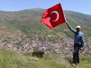 Efkar Dağı'nda Türk bayrağı açtı