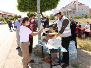 Öğrencilere meyve suyu ve kek sürprizi