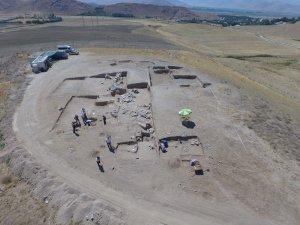 Kazılarında ejder başlıklı iki bilezik bulundu