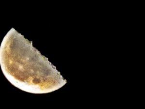 Yüksekova'da parçalı Ay kendine hayran bıraktı